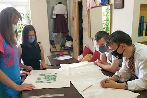У Коломиї запрацювало нове соціальне підприємство де люди з інвалідністю виготовляють екоторбинки